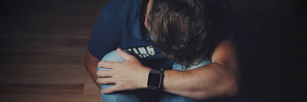 Mand med kroniske smerter