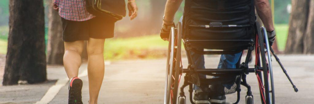 En mand i kørestol