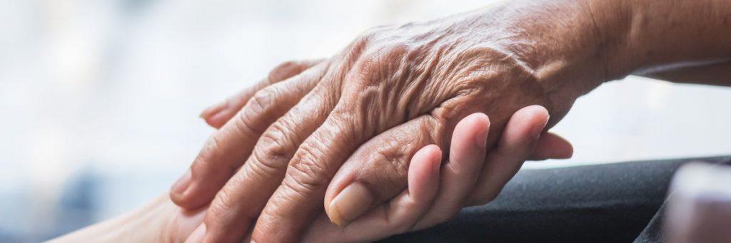 En ung hånd der holder en gammel hånd