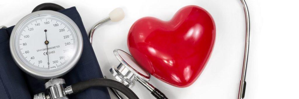 Blodtryksmåler, stetoskop og et hjerte